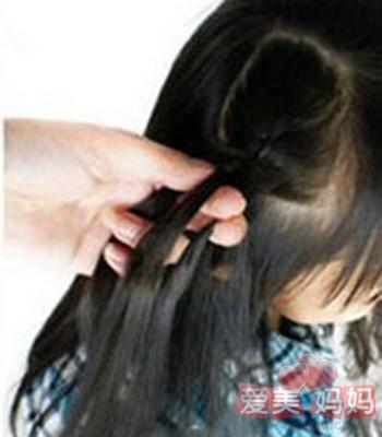 侧编发步骤1,梳理好头发后,侧分发型,将右侧部分区域头发分出来编麻